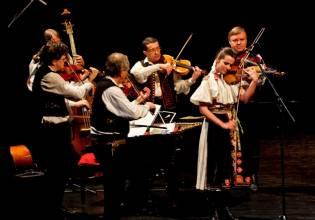 Markéta Janoušková, Geige, und Zymbalgruppe